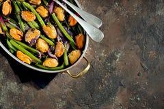 Πράσινα φασόλια με τα μύδια, τα κόκκινα κρεμμύδια και το σουσάμι υγιής χορτοφάγος τροφίμων Στοκ εικόνες με δικαίωμα ελεύθερης χρήσης