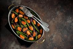 Πράσινα φασόλια με τα μύδια, τα κόκκινα κρεμμύδια και το σουσάμι υγιής χορτοφάγος τροφίμων Στοκ εικόνα με δικαίωμα ελεύθερης χρήσης