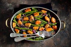 Πράσινα φασόλια με τα μύδια, τα κόκκινα κρεμμύδια και το σουσάμι υγιής χορτοφάγος τροφίμων Στοκ Εικόνα