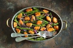 Πράσινα φασόλια με τα μύδια, τα κόκκινα κρεμμύδια και το σουσάμι υγιής χορτοφάγος τροφίμων Στοκ Φωτογραφίες