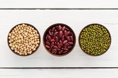 Πράσινα φασόλια, κόκκινα φασόλια, χρήσιμα βιταμίνες σόγιας και όφελος για την υγεία στοκ φωτογραφία