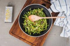 Πράσινα φασόλια με τα ψημένα αμύγδαλα Στοκ φωτογραφία με δικαίωμα ελεύθερης χρήσης