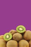 Πράσινα φρούτα ακτινίδιων και μια περικοπή μια Στοκ Εικόνες