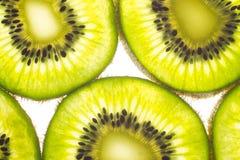 Πράσινα φρούτα ακτινίδιων, που απομονώνονται στο άσπρο υπόβαθρο Στοκ Εικόνες