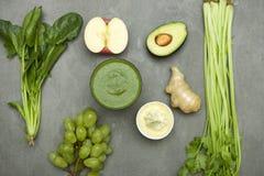 Πράσινα φρούτα και λαχανικά με το σταφύλι μήλων αβοκάντο πιπεροριζών και το s Στοκ εικόνα με δικαίωμα ελεύθερης χρήσης