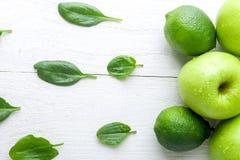 Πράσινα φρούτα στο άσπρο ξύλινο υπόβαθρο Apple, ασβέστης, σπανάκι detox τρόφιμα υγιή Τοπ όψη διάστημα αντιγράφων Στοκ φωτογραφίες με δικαίωμα ελεύθερης χρήσης