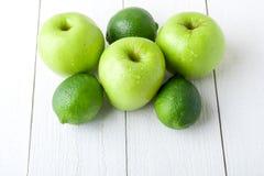 Πράσινα φρούτα στο άσπρο ξύλινο υπόβαθρο Apple, ασβέστης detox τρόφιμα υγιή κλείστε επάνω Στοκ Εικόνες