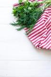 Πράσινα φύλλα μαϊντανού και άνηθου στη φυσική πετσέτα λινού στο ξύλινο υπόβαθρο Στοκ Εικόνες