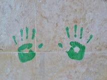 Πράσινα handprints στον τοίχο των μαρμάρινων κεραμιδιών στοκ φωτογραφίες με δικαίωμα ελεύθερης χρήσης