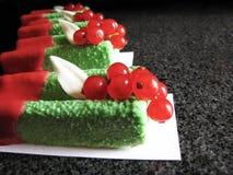 Πράσινα mousse βασιλικού επιδόρπια με τις κόκκινες σταφίδες και κόκκινο λούστρο στο μαρμάρινο πίνακα στοκ φωτογραφία με δικαίωμα ελεύθερης χρήσης