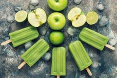 Πράσινα popsicles σε ένα αγροτικό υπόβαθρο με το μήλο και τον ασβέστη Θερινό αναζωογονώντας επιδόρπιο Επίπεδος βάλτε, δείτε άνωθε στοκ εικόνες με δικαίωμα ελεύθερης χρήσης