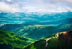 Πράσινες αιχμές των βουνών επάνω από τα σύννεφα, Ρωσία, Kamchatka SE Στοκ φωτογραφία με δικαίωμα ελεύθερης χρήσης