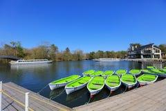 Πράσινες βάρκες στη λίμνη το καλοκαίρι στο Hokkaido Στοκ Εικόνες