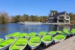 Πράσινες βάρκες στη λίμνη το καλοκαίρι στο Hokkaido Στοκ φωτογραφία με δικαίωμα ελεύθερης χρήσης