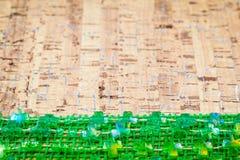 Πράσινες διακοσμήσεις τριφυλλιών ημέρας του ST Πάτρικ ` s στον ξύλινο πίνακα Στοκ φωτογραφία με δικαίωμα ελεύθερης χρήσης