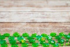 Πράσινες διακοσμήσεις τριφυλλιών στον ξύλινο πίνακα Στοκ Φωτογραφίες