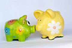 Πράσινες και κίτρινες κεραμικές piggy τράπεζες Στοκ Εικόνες