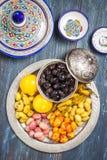 Πράσινες και μαύρες ελιές σε ένα μεταλλικό πιάτο Στοκ εικόνα με δικαίωμα ελεύθερης χρήσης