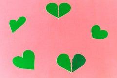 Πράσινες καρδιές σε ένα ήπια ρόδινο διάστημα αντιγράφων backround- απεικόνιση αποθεμάτων