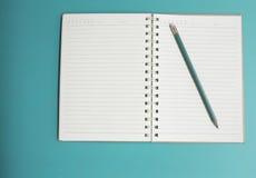 Πράσινες μολύβι και σημείωση, για να κάνει τον κατάλογο, Στοκ Εικόνες