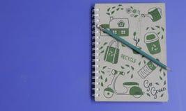 Πράσινες μολύβι και σημείωση Στοκ φωτογραφίες με δικαίωμα ελεύθερης χρήσης