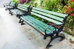 Πράσινες ξύλινες καρέκλες στον κήπο Στοκ φωτογραφία με δικαίωμα ελεύθερης χρήσης