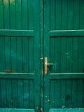 Πράσινες πόρτες Ξύλινη σύσταση Παλαιό shabby, ακτινοβολημένο χρώμα Στοκ Φωτογραφία