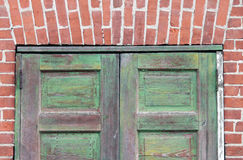 Πράσινες πόρτες τούβλινες Στοκ εικόνες με δικαίωμα ελεύθερης χρήσης