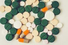 Πράσινες, ρόδινες και κίτρινες χάπια ή κάψες ιατρικής στο άσπρο υπόβαθρο με το διάστημα αντιγράφων Συνταγή φαρμάκων για το φάρμακ στοκ φωτογραφίες