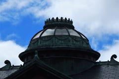 Πράσινες στάσεις οκλαδόν θόλων στην κορυφή της στέγης ενάντια σε έναν βαθύ μπλε ουρανό Στοκ εικόνα με δικαίωμα ελεύθερης χρήσης