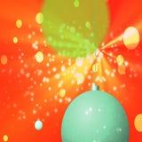 Πράσινες σφαίρες Χριστουγέννων στο πορτοκαλί υπόβαθρο με τα κίτρινα φω'τα ελεύθερη απεικόνιση δικαιώματος