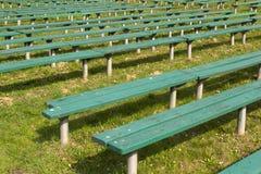 Πράσινες τράπεζες στο πάρκο Στοκ φωτογραφία με δικαίωμα ελεύθερης χρήσης