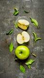 Πράσινες φέτες συνόλου και περικοπών της Apple με τα φύλλα Στοκ Εικόνες