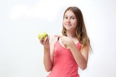 πράσινες όμορφες νεολαίες κοριτσιών μήλων Στοκ Φωτογραφία