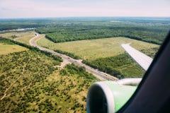 Πράσινη άποψη φτερών γης και αεροπλάνων από ένα φωτιστικό στοκ εικόνες με δικαίωμα ελεύθερης χρήσης