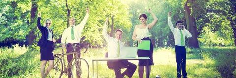 Πράσινη έννοια επιχειρησιακής επιτυχίας επιχειρηματιών υπαίθρια στοκ εικόνες