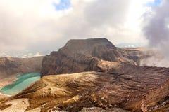 Πράσινη λίμνη στο στόμα του ηφαιστείου Gorely στοκ φωτογραφίες