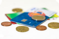πράσινη αναπτύσσοντας ανάπτυξη χλόης δολαρίων λογαριασμών εκατό χρήματα ένα Πιστωτική κάρτα τράπεζας Στοκ Φωτογραφία