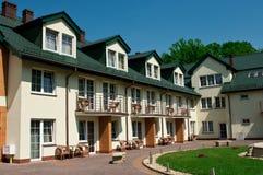 πράσινη αυλή στεγών ξενοδοχείων στοκ εικόνες