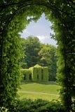 Πράσινη αψίδα σε ένα πάρκο στοκ εικόνα με δικαίωμα ελεύθερης χρήσης