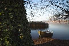 Πράσινη βάρκα που περιμένει το καλοκαίρι Στοκ Φωτογραφίες