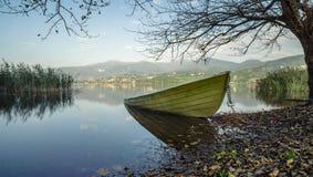 Πράσινη βάρκα που περιμένει το καλοκαίρι Στοκ εικόνες με δικαίωμα ελεύθερης χρήσης