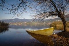 Πράσινη βάρκα που περιμένει το καλοκαίρι Στοκ εικόνα με δικαίωμα ελεύθερης χρήσης