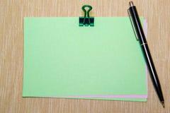 Πράσινη Βίβλος με το paperclip που απομονώνεται στην κίτρινη σύσταση Στοκ Φωτογραφία