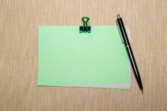 Πράσινη Βίβλος με το paperclip που απομονώνεται στην κίτρινη σύσταση Στοκ Εικόνα