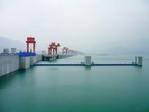 Πράσινη γαλήνια θέα κρητιδογραφιών την ομιχλώδη ημέρα στο φράγμα τριών φαραγγιών στην Κίνα κατά μήκος του ποταμού Yangtze Στοκ Φωτογραφία