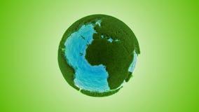 Πράσινη γη χλόης με το νερό φιλμ μικρού μήκους
