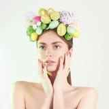 πράσινη γυναίκα άνοιξη έννοιας κίτρινη Όμορφο κορίτσι με τα αυγά Πάσχας Στοκ Εικόνες