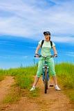 πράσινη γυναίκα πεδίων ποδ& στοκ φωτογραφίες
