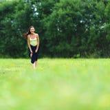 πράσινη γυναίκα χλόης πεδίων Στοκ φωτογραφίες με δικαίωμα ελεύθερης χρήσης